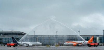 Ein Flugzeug von Lufthansa und eines von Easyjet landeten am Eröffnungstag als erste am BER. (c) Thomas Trutschel/Phototek