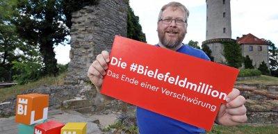 Der Schöpfer der Verschwörung, Achim Held, unterstützt die Aktion./ #Bielefeldmillion: (c) Bielefeld Marketing/Sarah Jonek