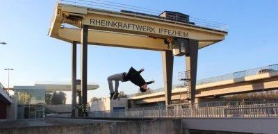 Parkour-Profi Amadei Weiland im im Rheinkraftwerk in Iffezheim (c) EnBW