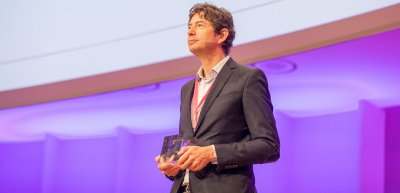 Christian Drosten erhielt den Ehrenpreis des BdKom. Foto: Jana Legler