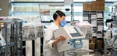 In normalen Zeiten selten ein Medienthema: Beatmungsgeräte und ihre Produktion. (c) Drägerwerk AG & Co. KGaA