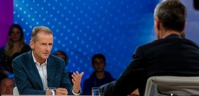 """Herbert Diess bei """"Maybrit Illner"""". Einer von vielen Talkshow-Auftritten des VW-Chefs. (c) ZDF/Svea Pietschmann"""