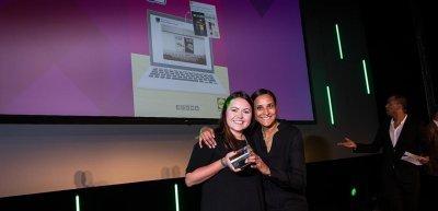 """Vanessa Hartmann (l.) und Anita Wälz (r.) von Lidl freuen sich über ihre Auszeichnung als """"Social-Media-Team des Jahres"""". © Kaspar Jensen/www.kasperjensen.com"""