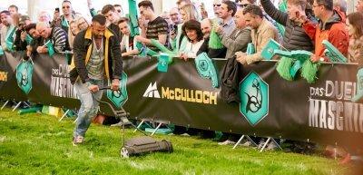 Tim Wiese kämpft mit einem Rasenmäher (c) Christopher Rausch