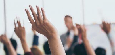 Mitreden erwünscht: Wenn sich Unternehmen wie ein soziales Netzwerk organisieren, dann verspricht das mehr Beweglichkeit in unsicheren Zeiten. (c) Getty Images/trumzz