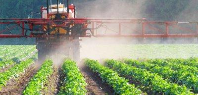 Monsanto soll in Deutschland verdeckt Studien finanziert haben./ Pestizid: (c) Getty Images/Canetti