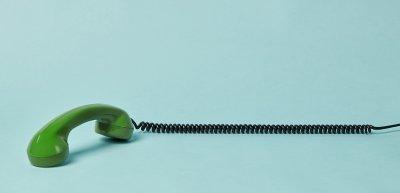 Telefonwerbung nervt. Wie überzeugt man potentielle Kunden stattdessen vom eigenen Unternehmen? (c) Getty Images / flyfloor