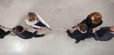 Wenn Meinungsverschiedenheiten im Team zu handfesten Konflikten werden, muss die Führungskraft vermitteln. (c) Getty Images/alphaspirit