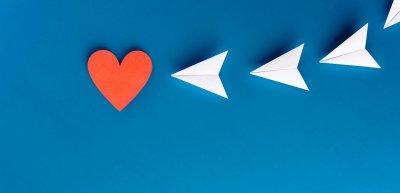 """Kommunikationsoffensive mit Charme: Mit """"#BackToOffice – Anflug aufs Büro"""" kommunizierte Marten neue Mitarbeiterrichtlinien im Flughafenstil. (c) GettyImages/zakokor"""