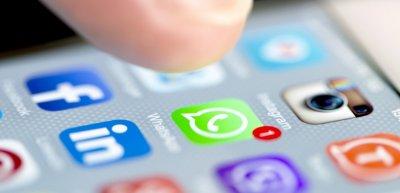 Über Messenger lassen sich aktuelle Informationen automatisiert genau dann ausspielen, wenn Kund:innen und Stakeholder sie brauchen. (c) Getty Images/HStocks