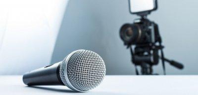 Vor der Kamera gilt: einfache Worte statt großer Ansprache. (c) Getty Images/Andrii Zastrozhnov
