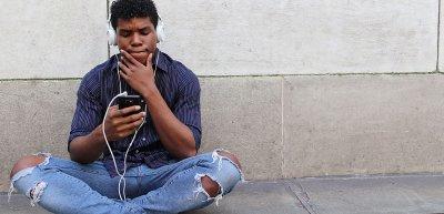 Nur 26 Prozent der Deutschen hören Podcasts./Podcast: (c) Getty Images/RenysView