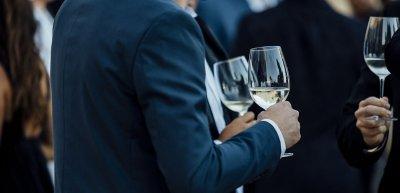 Nur in bestimmten Fällen kann der Arbeitgeber Alkohol verbieten. (c) Getty Images/Boris_Kuznets