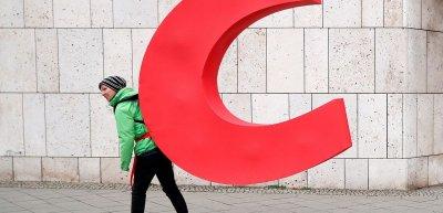 """Greenpeace setzt bei seinen Aktionen auf provokante Motive. 2019 demontierte die NGO das """"C"""" aus dem CDU-Schriftzug am Konrad-Adenauer-Haus. (c) picture alliance/Paul Zinken"""