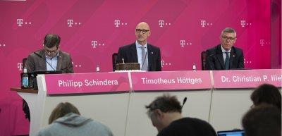 Höttges bei der Bilanzpressekonferenz im Februar 2020. Links: Pressesprecher Philipp Schindera. (c) Picture Alliance/Sven Simon