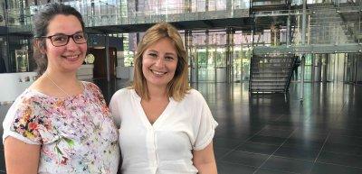 Die Volontäre, die die Idee hatten, ein Netzwerk zu gründen: v.l. Jessica Masik und Jana op den Winkel./ Bayer-Volontärinnen: (c) Bayer AG