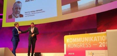 Moderator Hajo Schumacher eröffnet den Kommunikationskongress 2019. (c) Quadriga Media Berlin