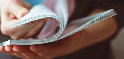 Fünf von sechs Mitarbeitermagazinen erscheinen als Print-Version. (c) Getty Images / FabrikaCr