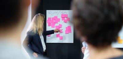 Gerade in Corona-Zeiten sollten Unternehmen auf Newsrooms setzen, sagt Eckhard Klockhaus. Foto: Bonneval Sebastien / Unsplash