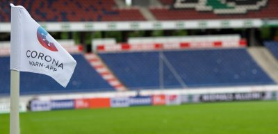 Bei Bundesligaspielen war das App-Logo auf den Eckfahnen zu sehen. Zuschauer im Stadion waren keine. (c) picture alliance/dpa/Swen Pförtner