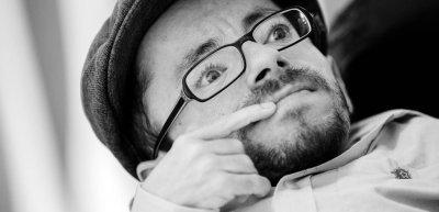 """Raúl Krauthausen moderiert ab Oktober auch eine eigene Talkshow: Die """"face to face""""-Gespräche mit Kultur- und Medienschaffenden mit und ohne Behinderung laufen bei Sport1 und im Netz. Foto: Julia Nimke"""