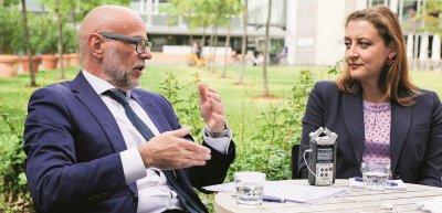 Litigation-PR-Experte Thomas Empt (l.) im Gespräch mit Oberstaatsanwältin Anne Leiding. (c) Oliver Rehbinder