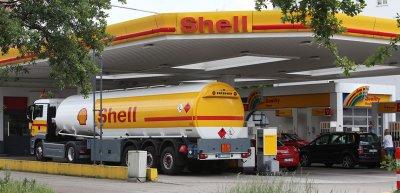 Namhafte Konzerne finanzierten einen Klimawandelleugner über Jahre. / Shell: (c) Oliver Reck Studio Reck
