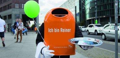 Ein sprachgesteuerter Mülleimer namens Reiner verbreitet die Botschaft für mehr Sauberkeit auf Berlins Straßen (c) Julia Nimke