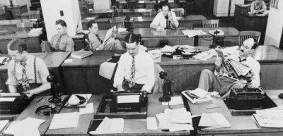 """Der Newsroom der """"New York Times"""" 1942. Heute hat sich aus dem guten alten Newsroom ein ganzes Organisationsmodell entwickelt. (c) Marjory Collins / Wikimedia Commons"""