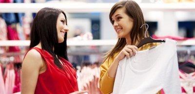 Frauen shoppen am liebsten mit der Freundin (c) Thinkstock/gpointstudio