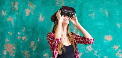 Frau mit VR-Brille (c) Thinkstock/satura86
