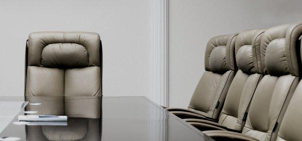 Besteht zwischen Management und Beschäftigten eine Kluft, gelingt Change-Kommunikation kaum.(c) Getty Images/Mariakray
