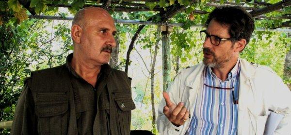 Als Leiter des Türkei/Zypern-Projekts führt Hugh Pope (re.) 2014 ein Interview mit Sabri Ok – einem Anführer der PKK, die sich seit 1984 mit der Türkei im Krieg befindet – im PKK-Hauptquartier im Nordirak. (c) privat
